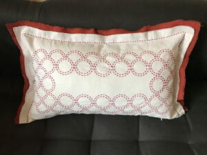 Coussin lin blanc et rouge broderie Sashiko